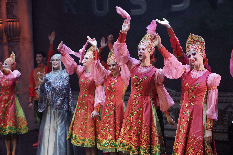 Русский национальный балет «Кострома» поздравил москвичей с днем города.